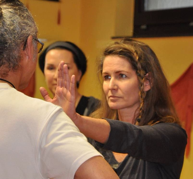 Frauen demonstrieren Stärke durch KungFu